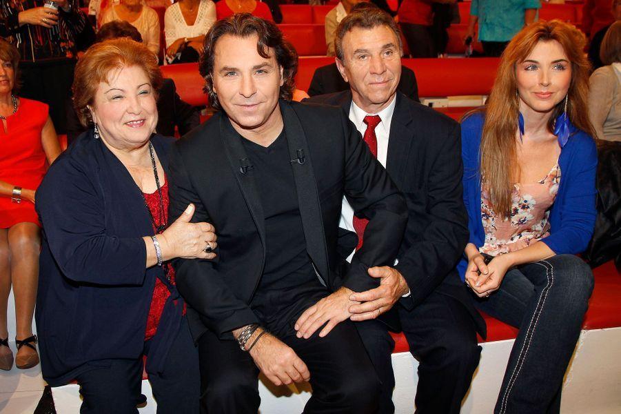 Roberto Alagna, avec ses parents et sa soeur, sur le plateau de «Vivement Dimanche» à Paris, le 15 octobre 2014