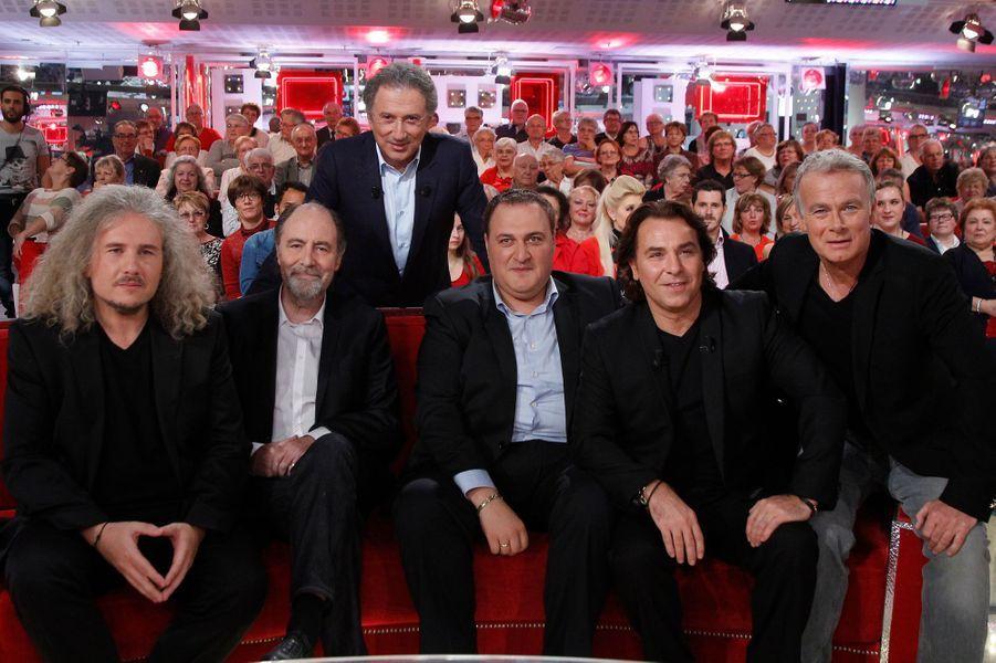 Roberto Alagna et certains de ses invités pendant l'enregistrement de «Vivement Dimanche» à Paris, le 15 octobre 2014