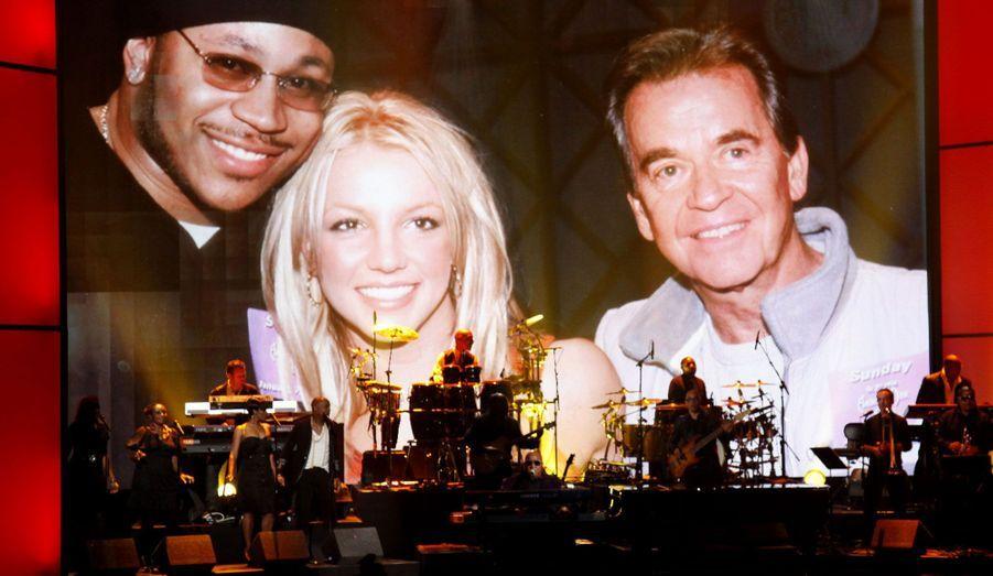 Des photos de Dick Clark entouré de ses amis stars –ici LL Cool J et Britney Spears– ont été diffusées afin de lui rendre un dernier hommage. L'homme, animateur de légende, est mort en avril dernier.