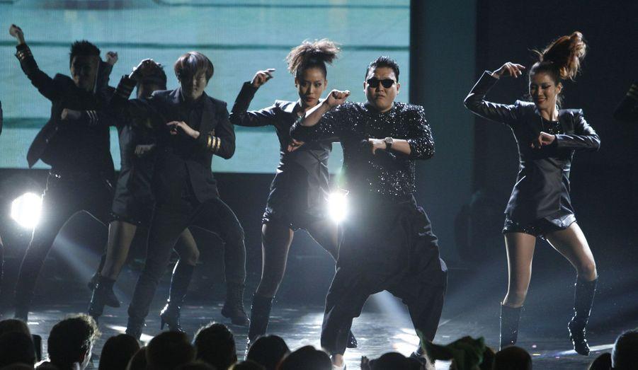 Les 40èmes American Music Awards se sont déroulés dimanche soir à Los Angeles. Parmi les vainqueurs, Justin Bieber, venu avec sa mère, a remporté trois prix dont celui de l'artiste de l'année. David Guetta a de son côté obtenu la récompense de l'artiste Electronic Dance Music de l'année. En plus des nominés, d'autres stars avaient fait le déplacement. Le phénomène coréen Psy a notamment fait le show aux côtés du rappeur MC Hammer.