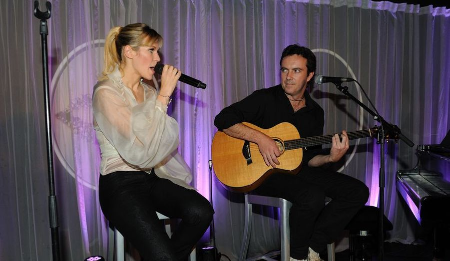 """Son nouvel album, """"Regarde moi"""" est dans les bacs depuis le 21 novembre. Lorie a chanté plusieurs titres, dont son premier single, """"Dita""""."""