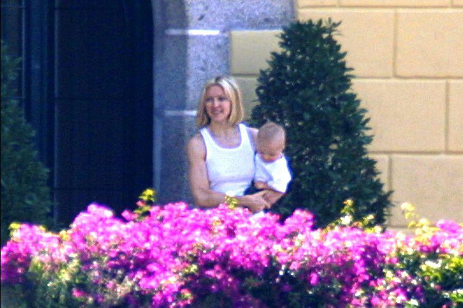 Madonna et son fils Rocco à Barcelone, 2001