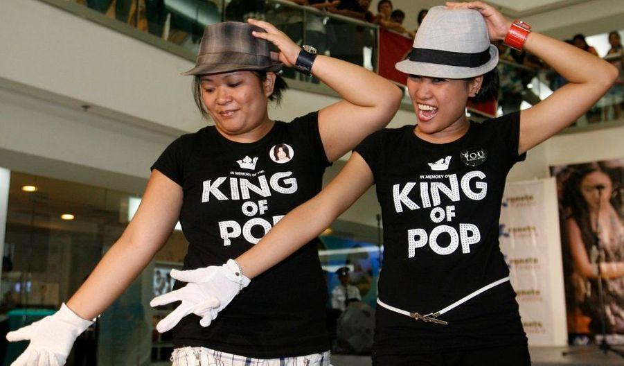 A Manille, des fans ont improvisé une danse dans un centre commercial.