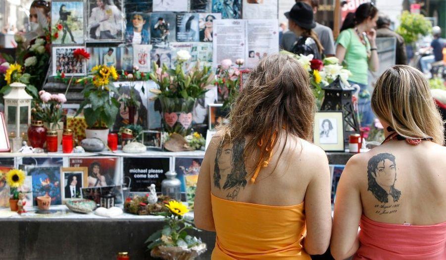A Munich, un véritable mausolée a été mis en place pour permettre aux fans de se recueillir. Ces deux jeunes femmes se sont carrément fait tatouer le visage de leur idole sur le dos.