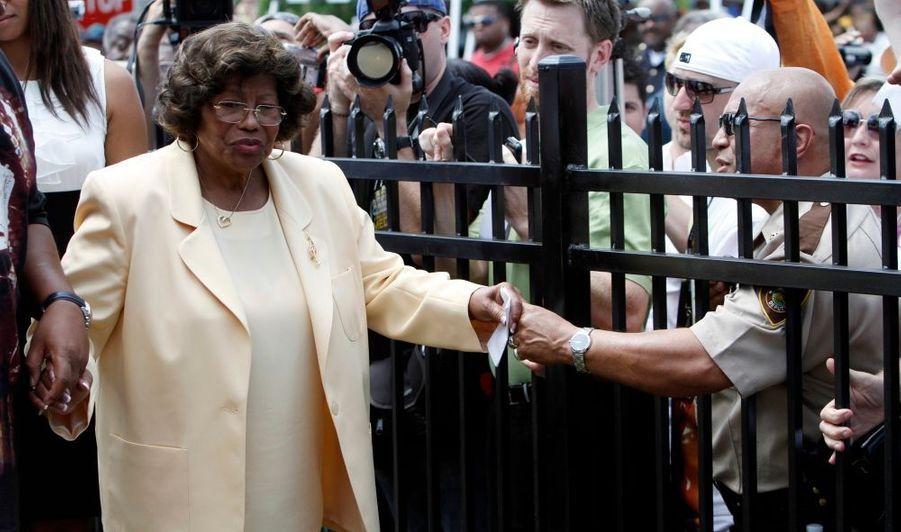 Katherine Jackson, la mère de la pop star Michael Jackson, assiste à une cérémonie donné à l'ancienne maison de la famille Jackson, à Gary, dans l'Indiana.