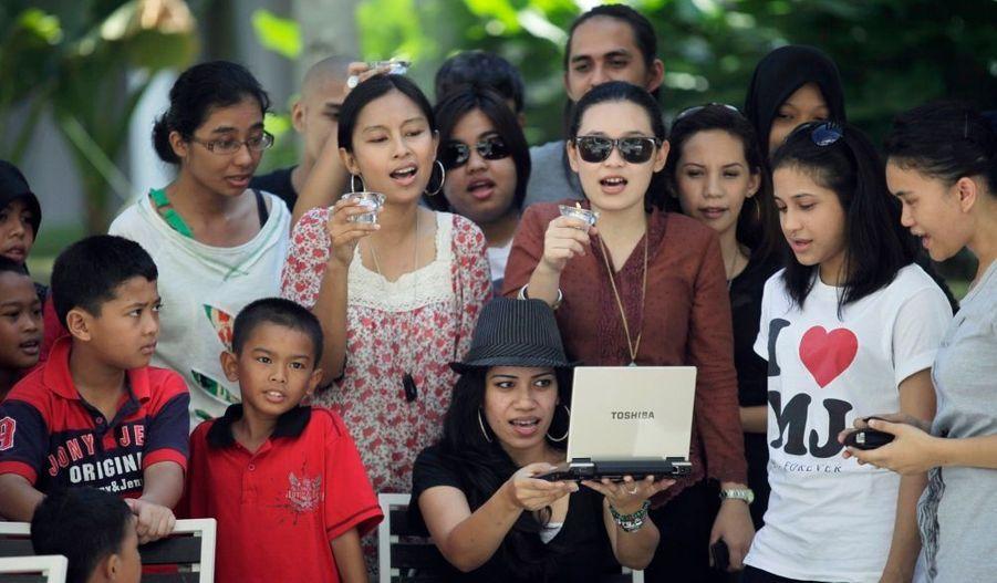 A Kuala Lumpur, des fans se sont réunis pour chanter en la mémoire de Michael Jackson.