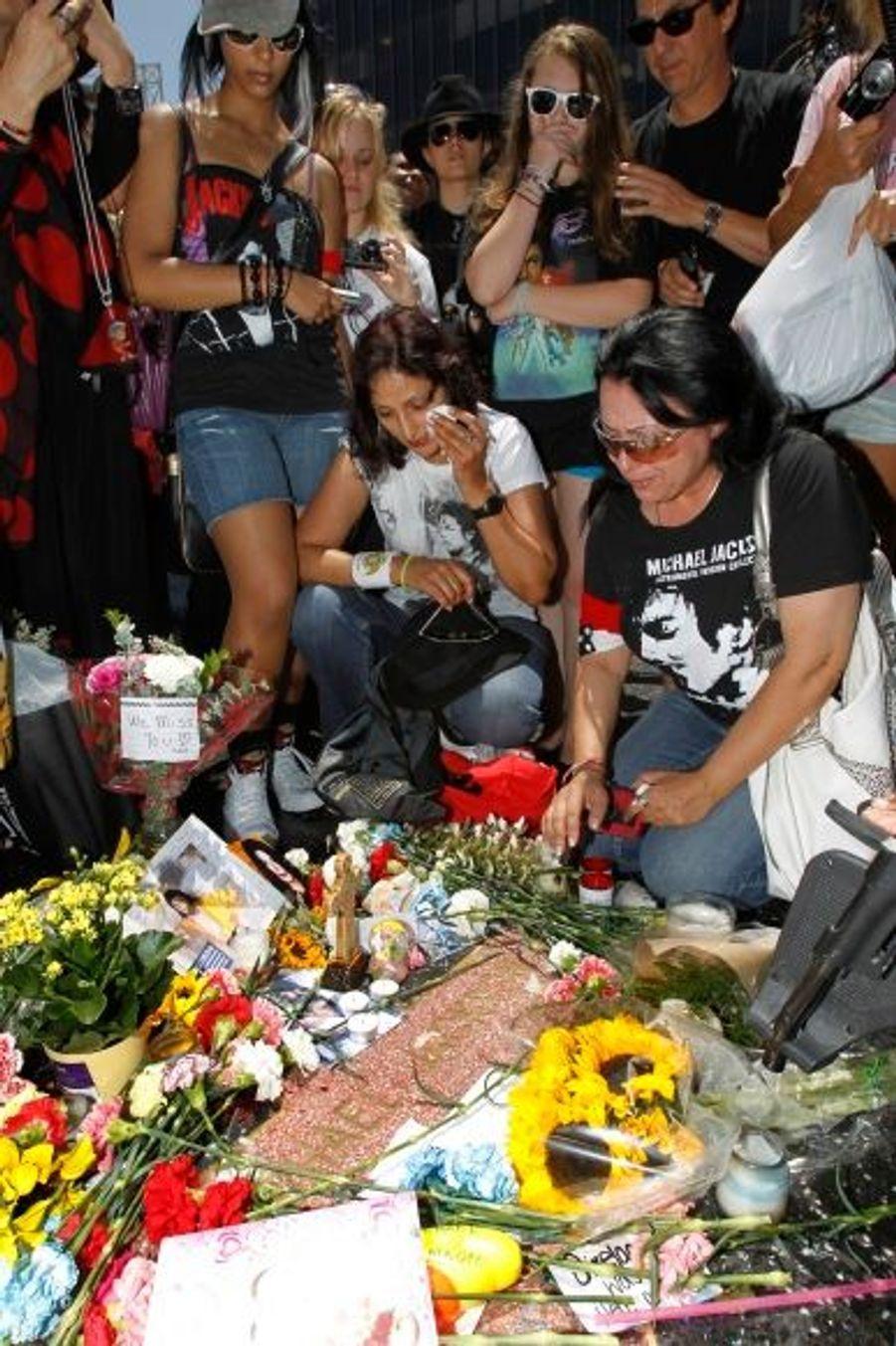 A Hollywood, l'émotion était intense sur le célèbre Walk of Fame au niveau de l'étoile de MJ.