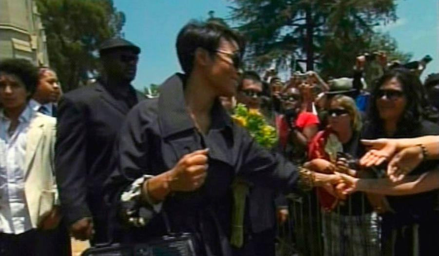 Pendant ce temps, Janet Jackson et ses frères et soeurs étaient au cimetière Forest Lawn, à Los Angeles, qui a exceptionnellement ouvert ses portes pour l'occasion. Les fans n'ont toutefois pas eu le droit d'entrer dans le mausolée où repose le chanteur. On s'attendait à de nouvelles scène d'hystérie, ce ne fut pas le cas. 2 000 personnes seulement se sont rendues au cimetière, où les forces de l'ordre n'ont pas eu à intervenir.