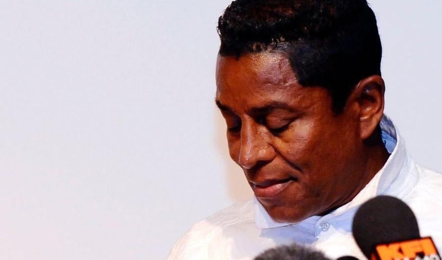 """""""Mon Dieu... C'est terrible. Mon frère, le légendaire Roi de la pop, Michael Jackson, est décédé le jeudi 25 juin 2009 à 14h26 (heure locale ndlr)"""", annonce Jermaine lors d'une conférence de presse. """"Nous pensons qu'il a succombé à une crise cardiaque, chez lui, mais nous attendons les résultats de l'autopsie pour connaître avec certitude les causes de sa mort. Son médecin personnel était avec lui. Il a tenté de le ranimer. Un cardiologue a tenté pendant plus d'une heure de le ranimer. Mais en vain. Notre famille demande aux médias de respecter notre douleur, notre deuil. Michael, nous serons toujours avec toi""""."""
