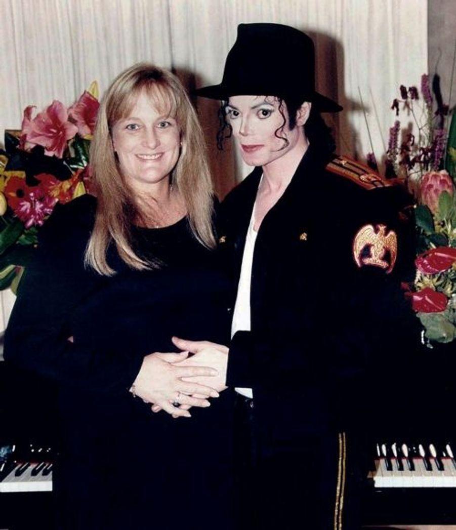 En 1996, Michael Jackson se marie avec Deborah Rowe, avec qui il aura deux enfants, Prince Michael Jr et Paris Katherine. Ils divorcent en 1999.