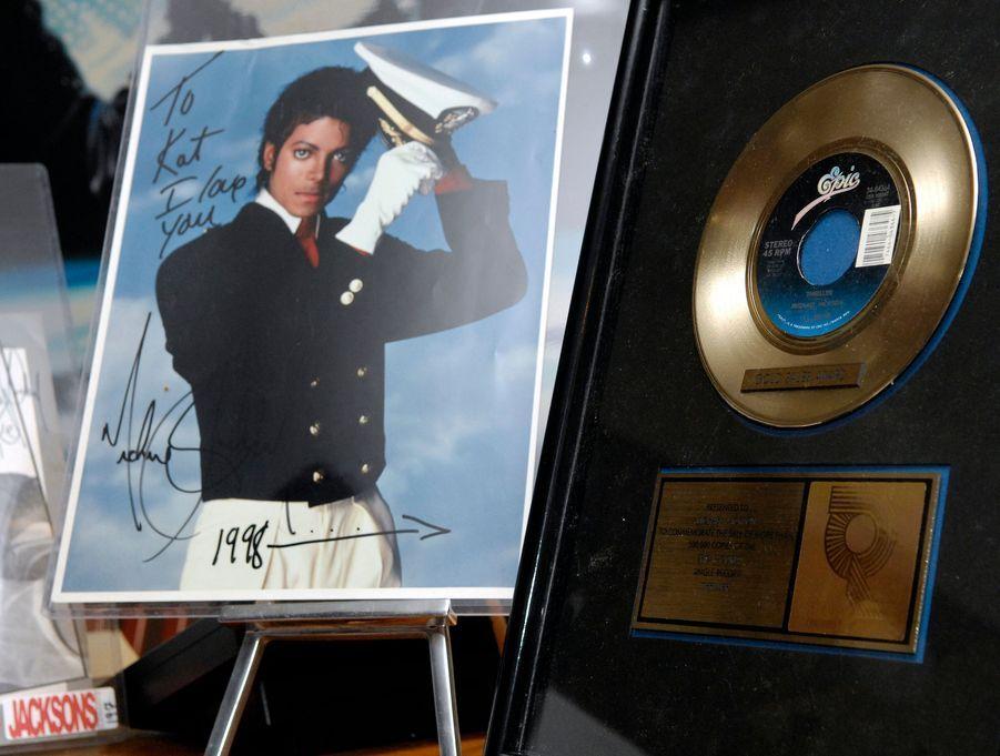 En 1982, l'album Thriller sort et est un succès immédiat. Emmené par le hit éponyme, et d'autres à l'image de Billie Jean, il se vendra à près de 104 millions d'exemplaires.