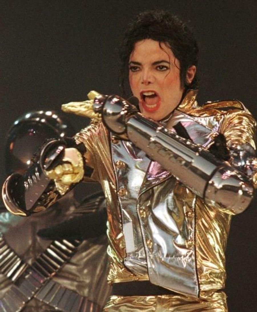 """Le roi de la pop débute sa tournée européenne """"HIStory World Tour Part II 1997"""" à Brême, en Allemagne."""