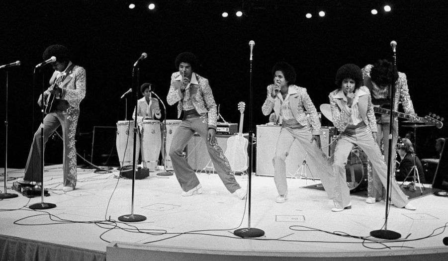 En 1964, Michael rejoint ainsi que son petit frère Marlon le groupe formé par trois autres de ses frères. Les Jackson Five sont nés, dirigés par une main de fer, celle de leur père Joe Jackson.