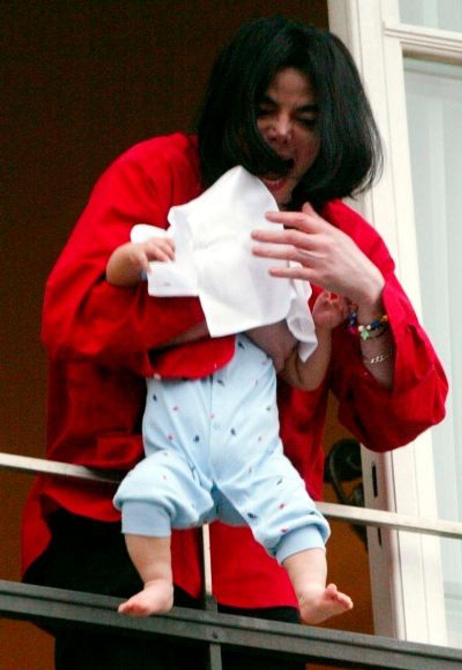 En novembre 2002, Michael Jackson tient son deuxième fils Prince Michael Jr. au-dessus du vide, sur le balcon de son hôtel, ce qui déclenche une énorme polémique, et le début d'une enquête sur sa capacité à élever ses enfants.