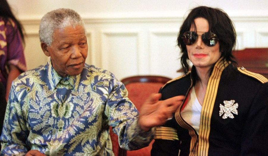 """En 1999, le chanteur assiste à l'anniversaire de l'ancien président sud-africain Nelson Mandela et icône de la lutte anti-apartheid, célébré dans l'intimité à Johannesburg. Lors de sa visite en Afrique du Sud, Michael Jackson avait reçu à Sun City le prix musical Kora, qui récompense les meilleurs chanteurs et musiciens du continent africain. La Fondation Nelson Mandela a dit regretter ce vendredi """"la disparition prématurée de Michael Jackson"""". """"Ses fans dans le monde entier ressentiront cette perte"""", a ajouté le directeur de la Fondation, Achmat Dangor."""
