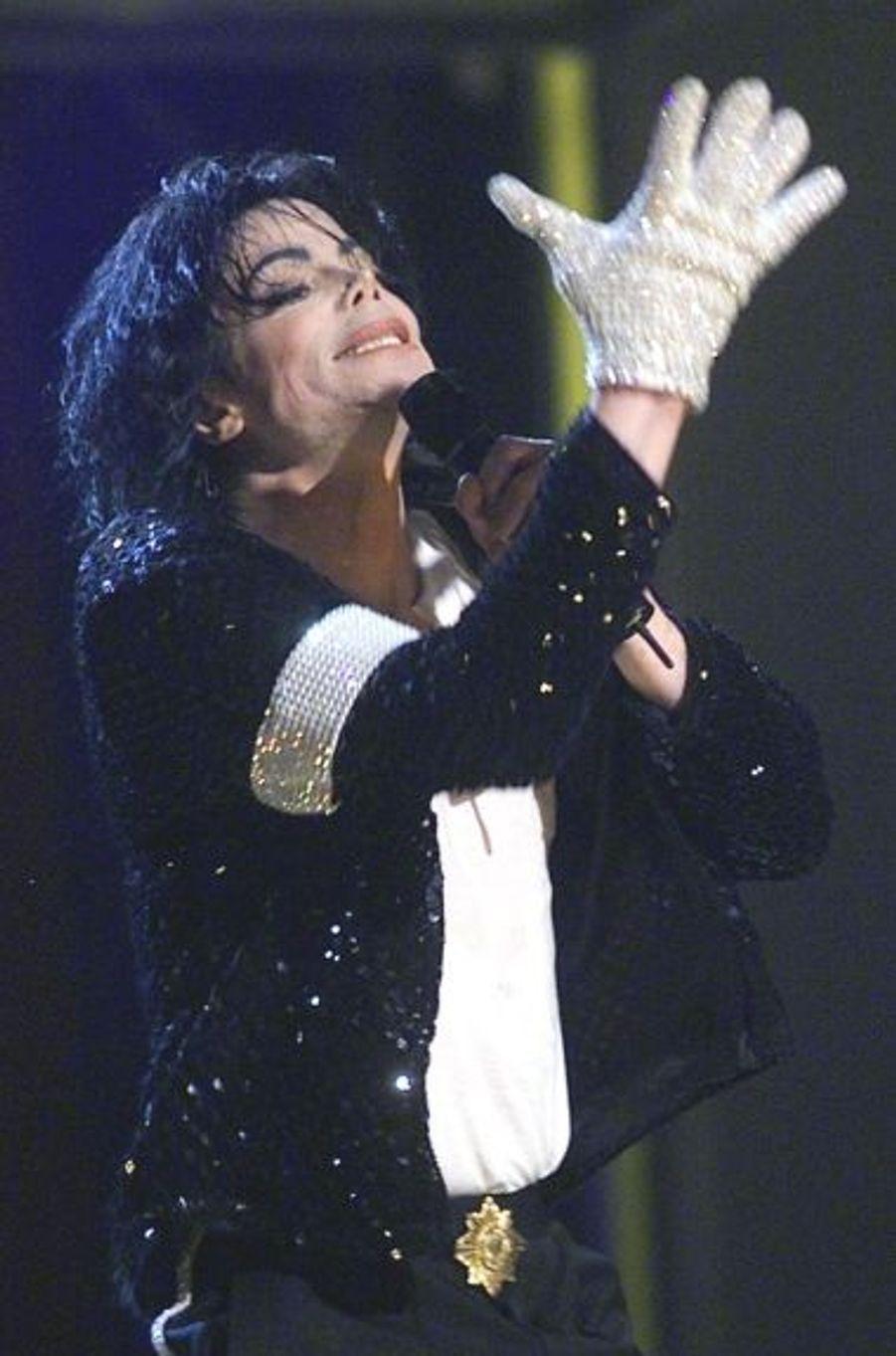 Michael Jackson et les fameux gants blancs qu'il portait régulièrement depuis la sortie de la chanson Billie Jean, en 1983, et qui devaient être vendus lors de l'immense vente aux enchères organisée cette année.