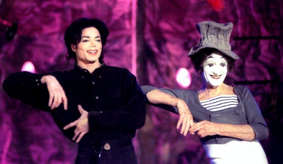 Jacko aux côtés du mime Marceau en décembre 1995 à New York.