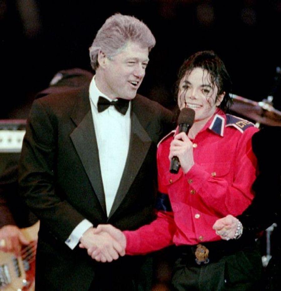 En 1993, celui qui était déjà le roi de la pop avait participé à la soirée d'investiture de Bill Clinton, qui lui serre ici la main.