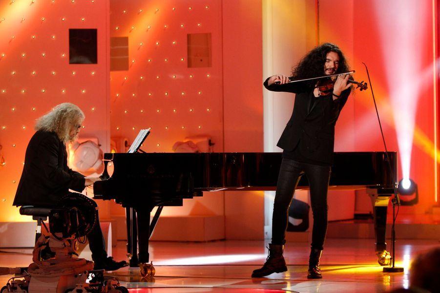"""Yvan Cassar et Nemanja Radulovic pendant l'enregistrement de """"Vivement Dimanche"""" Salvatore Adamo , le 5 novembre 2014"""
