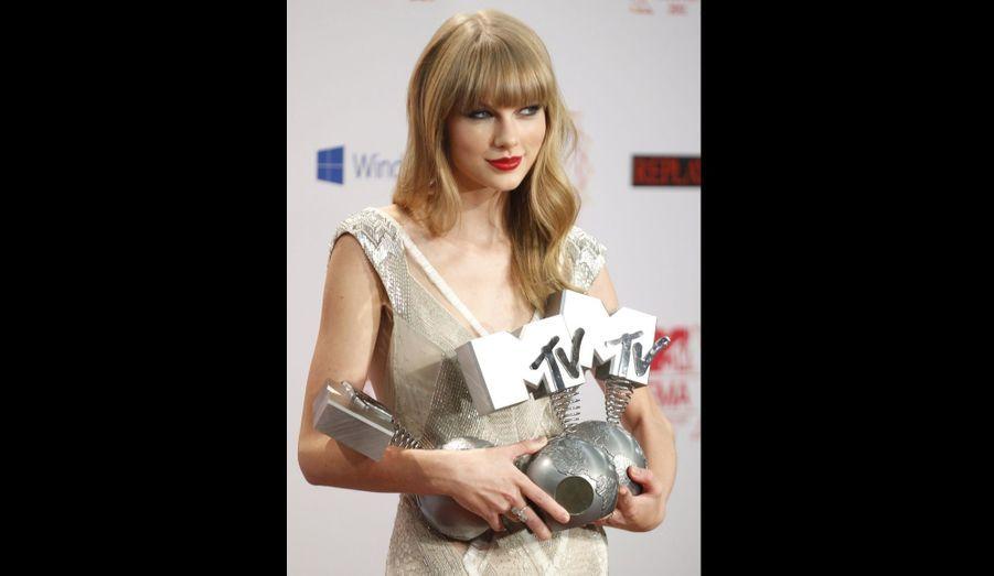 Taylor Swift est repartie avec trois trophées: meilleure artiste féminine, meilleur concert et meilleur look.