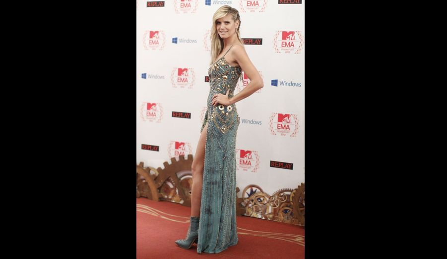 Heidi Klum est arrivée dans une robe osée, sur le tapis rouge.