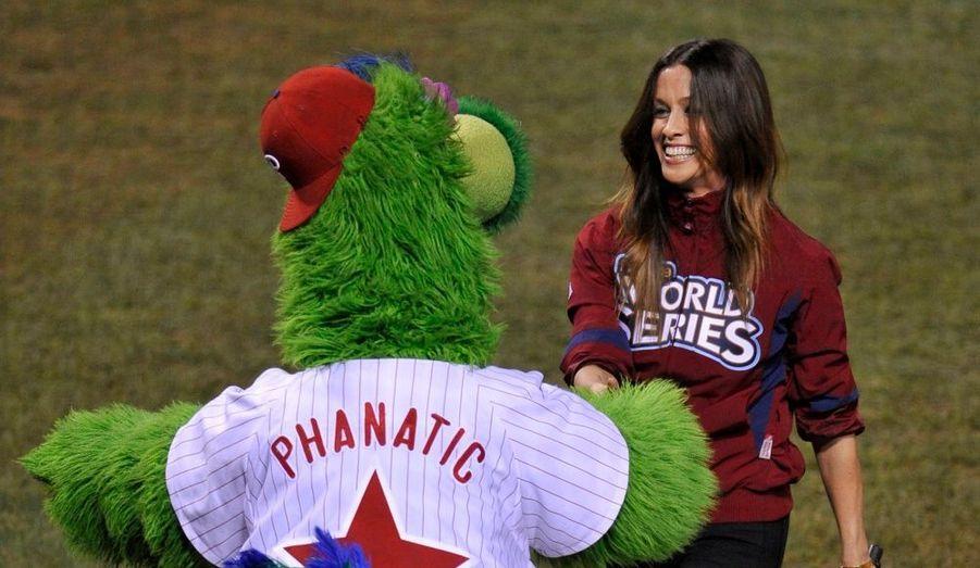 La belle Canadienne Alanis Morissette a chanté l'hymne américain lors du cinquième match de la finale du championnat nord-américain de Baseball, entre les Phillies de Philadelphie et les Yankees de New York.