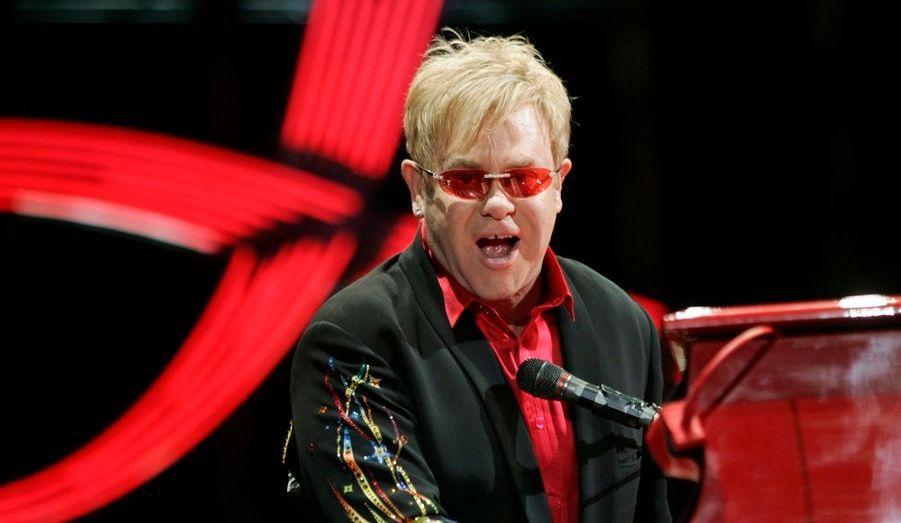 Elton John, qui était hospitalisé au King Edward VII Hospital à Londres depuis vendredi pour une grippe doublée d'une infection bactérienne, est sorti de l'hôpital ce matin, a confirmé son agent à People.com.