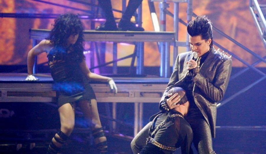 Une prestation qui n'est pas passée inaperçue. Le chanteur Adam Lambert a provoqué une belle polémique lors des American Music Awards. La star a notamment fait simulé une fellation masculine, embrassé sur la bouche l'un de ses musiciens et fait un doigt d'honneur en direction du public.