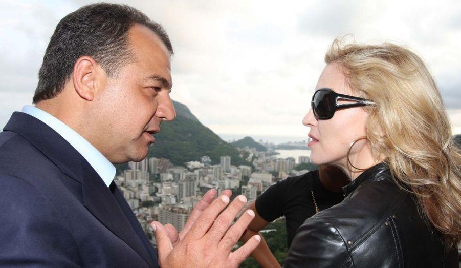 Dans le cadre de ses fondations humanitaires, la chanteuse Madonne s'est rendue au Brésil et notamment à Rio de Janeiro. Elle discute ici avec le gouverneur de la ville, Sergio Cabral.