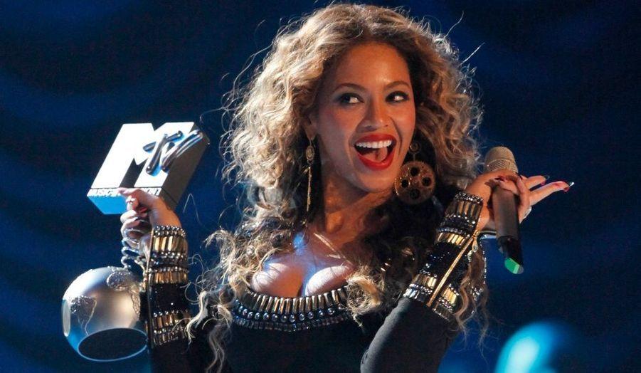 Nominée dans quatre catégories, Beyonce est repartie de Berlin, ou se déroulait la cérémonie, avec trois MTV Europe Music Awards. Meilleur clip, meilleure artiste féminine et meilleure chanson! Son mari, le rappeur Jay-Z, remporte quant à lui celui du meilleur chanteur hip-hop.