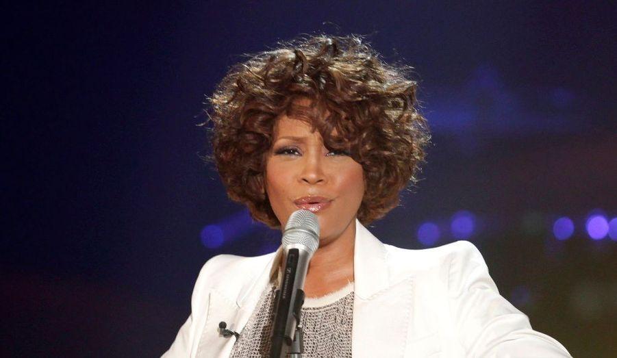 La diva américaine Whitney Houston n'est pas bonne commerçante. Elle vendra prochainement sa maison d'une New Jersey, d'une valeur de 5,6 millions de dollars soit 3.7 millions euros. Cette résidence de 3828m2 compte cinq chambres, un garage, ou l'on peut stationner 4 voitures, ainsi qu'un bar. Whitney Houston avait acheté le domaine en 1987.