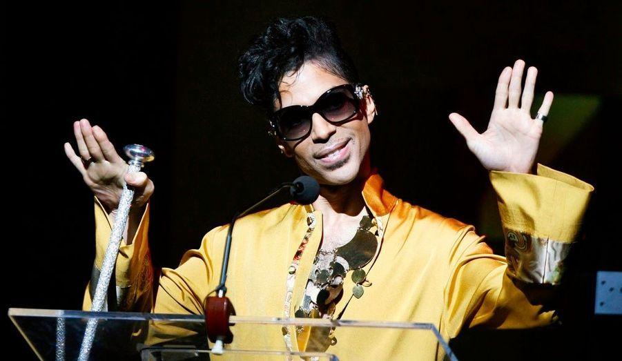 Prince sera l'invité exclusif, en clair et en direct, de l'émission de Michel Denisot Le Grand Journal la suite mercredi à partir de 20h10, indique vendredi un communiqué de Canal+. Il interprétera deux titres de son dernier album Lotus Flow3r. L'artiste est absent des plateaux de télévision française depuis 1999.