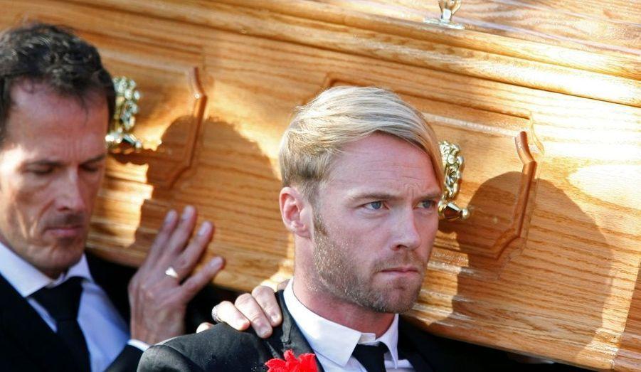 Ronan Keating et l'ensemble des membres des Boyzone étaient bien sûr présents à l'enterrement de Stephan Gately, l'un des membres du groupe, samedi, à Dublin. Plus de 3000 fans s'étaient déplacés pour un dernier hommage au chanteur décédé la semaine dernière à Majorque.