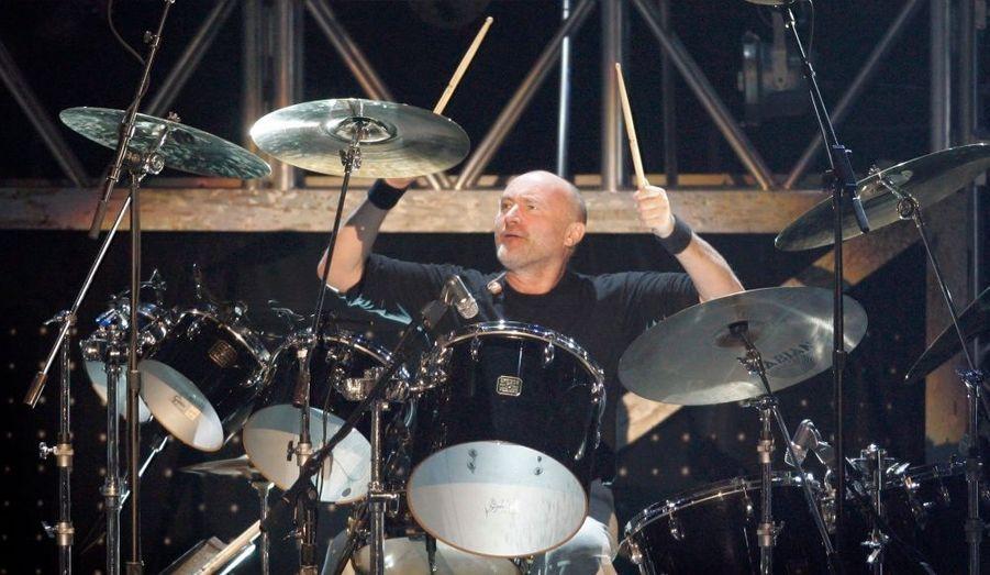 Le batteur et chanteur du groupe Genesis ne pourra plus jouer de la batterie. La faute à une opération faite au niveau des vertèbres qui se serait mal passée.