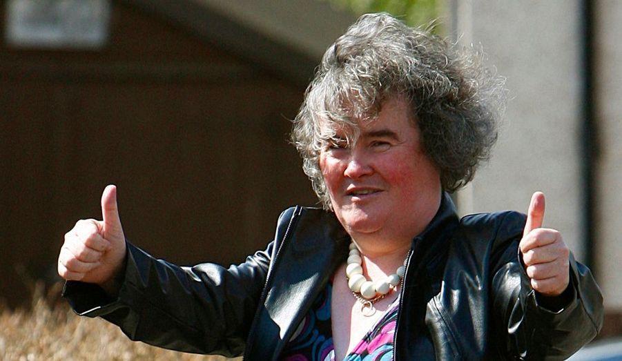 """Susan Boyle a été admise samedi dernier à l'hôpital d'après le Daily Star. Le quotidien britannique relate que la finaliste de Britain's Got Talent """"a ressenti d'horribles crampes à l'estomac, dès les premières heures du matin"""", alors qu'elle se trouvait à son domicile de Blackburn, en Ecosse. """"Elle a été conduite à l'hôpital pour subir des tests"""", constate le journal qui a assisté à sa sortie de l'établissement """"deux heures et demie plus tard, avec un air épuisé"""". Après sa défaite en finale de Britain's got Talent, Susan avait déjà été admise dans une clinique privée en juin dernier, où elle avait reçu des soins psychologiques. Une source proche de la chanteuse a tenu à rassurer ses fans. «Susan va bien» a-t-elle confié au Daily Star. Rassurant à un mois de la sortie de son premier album intitulé I Dreamed a Dream."""