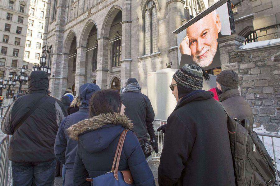 Proches et anonymes rendent hommage à René