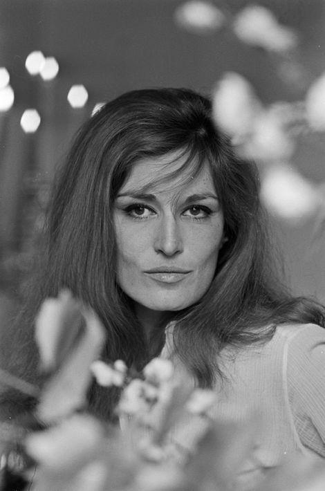 En cette journée du 3 mai 1987, personne ne soupçonnait son geste. Elle avait mille projets: une série télé, une pièce de théâtre, des séances photo avec ses plus belles robes… Cela ressemblait à un astucieux virage de carrière.Dalida, à54 ans, était encore belle, avec son allure de déesse égyptienne. Elle avait chanté Léo Ferré, allait vers plus de force intellectuelle. Mais sa détresse la minait. Ce jour-là, elle avait annulé une soirée au théâtre, attendait un coup de fil de François Naudy, son amoureux du moment, un médecin. Il n'a pas appelé. A ce sujet Orlando dira : « Ça n'est pas pour cela qu'elle s'est tuée. A vrai dire, elle nous fermait de plus en plus sa porte… » Pendant vingt ans, depuis sa première tentative, elle avait vaillamment tenté de chasser la dépression qui la rongeait. « La vie m'est insupportable », écrivit-elle avant de sombrer.A lire:Derrière les paillettes, une succession de dramesA l'occasion de la diffusion du documentaire «Dalida, la femme qui rêvait d'une autre scène», ce lundi sur France 3 à 20h55, découvrez les plus belles photos de la star dans les archives de Paris Match.