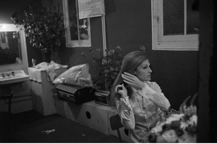 Dalida dans sa loge, quelques heures avant de monter sur la scène de L'Olympia, le 4 octobre 1967