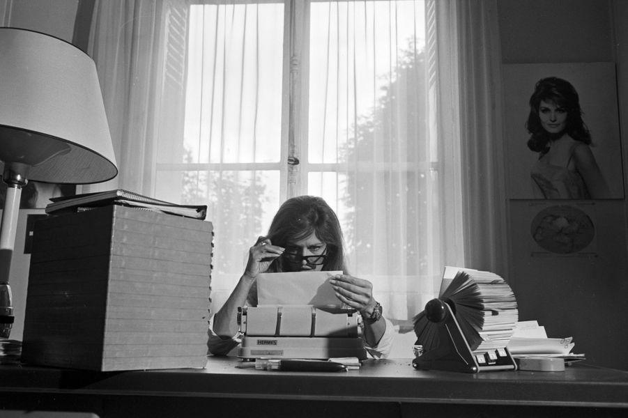 Dalida dans son bureau prépare son prochain olympia, le 4 Octobre 1967 à Paris