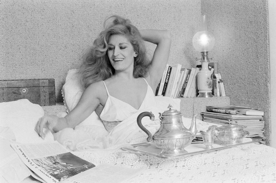 Dalida, rayonnante au saut du lit, alors qu'elle prépare son prochain spectacle au Palais des Sports, Paris; en Janvier 1980