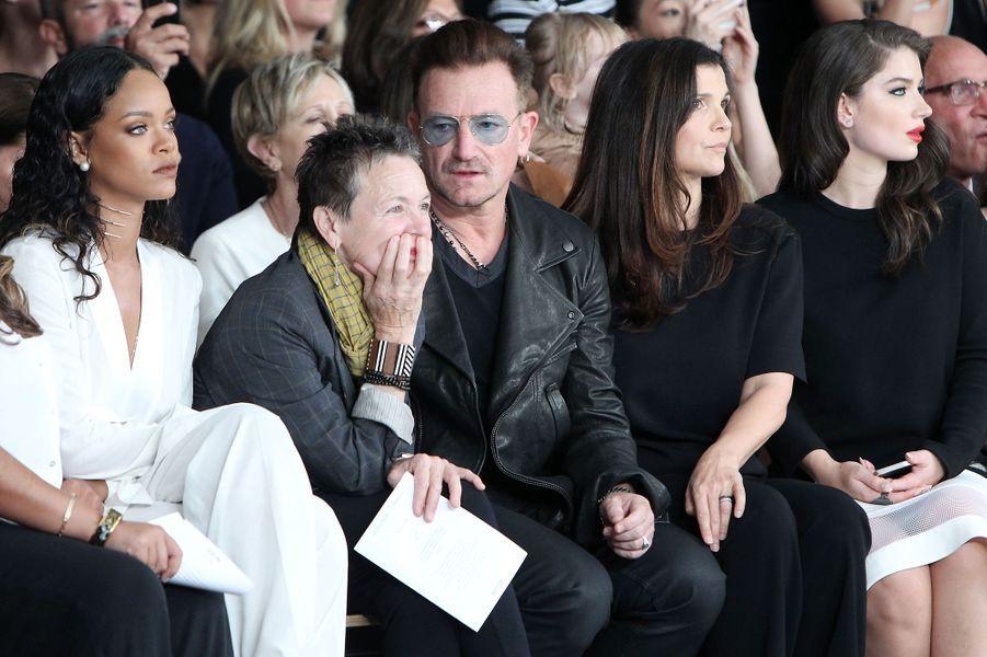 Rihanna au défilé Edun à la Fashion Week à New York, le 7 septembre 2014, aux côtés de Laurie Anderson et du chanteur Bono et sa femme Ali New...