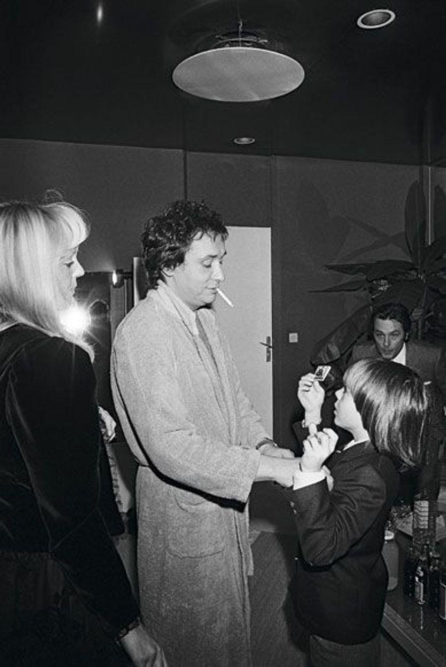 Avec Babeth et Davy, son fils, en 1983, sous le regard d'Alain Delon.