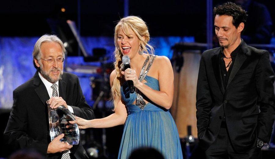 Le président de l'Académie des Grammy Awards, Neil Portnow (à gauche) et le chanteur Marc Anthony (à droite) – ex-époux et père des enfants de Jennifer Lopez – lui ont remis son prix. Shakira a enregistré 9 albums studio (7 officiels), le dernier en date étant Sale el Sol, sorti en octobre 2010.