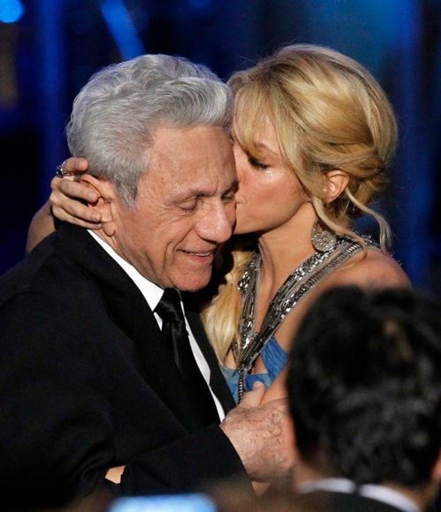 Rien de tels que les bras de son père pour savourer un peu plus cette soirée… Et espérer que la vie de Shakira reste toujours aussi Loca.