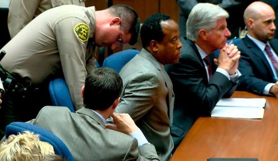 """Devant le tribunal, les fans ont crié leur joie. A l'intérieur, le Dr Conrad Murray s'est vu passer les menottes aux poignets. Le médecin personnel de Michael Jackson a été reconnu coupable lundi de l'homicide involontaire du chanteur au terme d'un procès ultramédiatisé de six semaines .Le docteur Murray est """"désormais un criminel reconnu coupable d'avoir constitué un facteur de causalité de la mort de Michael Jackson"""", a dit le juge Michael Pastor, demandant son incarcération jusqu'au prononcé de la sentence le 29 novembre. La famille du chanteur a salué le verdict. Priée de dire si elle était heureuse, Katherine Jackson, la mère de Michael, a répondu: """"Oui"""". Elle pleurait en silence pendant la lecture du verdict. """"Justice a été rendue. Michael est avec nous"""", a dit son frère Jermaine Jackson. """"VICTOIRE !!!!!!"""", a écrit sur Twitter La Toya Jackson, sa soeur aînée."""