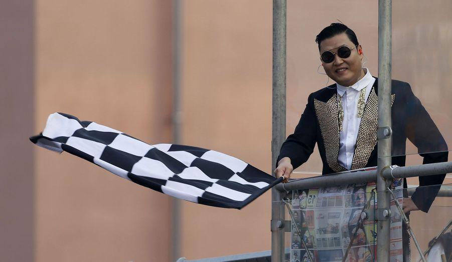 Le chanteur est également très prisé pour des événements sportifs, comme ici lors du Grand Prix de Corée, sur le circuit de Yeongam.