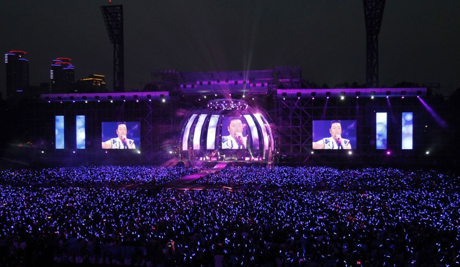 Devenu une star mondiale en l'espace de quelques semaines, Psy est désormais invité à se produire aux quatre coins du monde. Ici lors d'un concert géant à Séoul, en Corée du Sud, son pays d'origine.