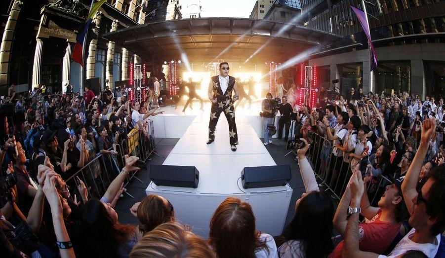 Psy est aujourd'hui invité sur de nombreux plateaux télévisés, ici lors d'une émission matinale enregistrée à Sydney et diffusée en Australie.