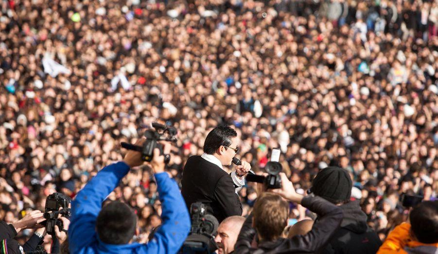 Psy a donné ce lundi une grande leçon de Gangnam Style sur le parvis du Trocadéro, en face de la Tour Eiffel à Paris, à l'invitation de l'animateur Cauet. L'occasion de revenir en images sur l'incroyable succès du phénomène de la K-pop - la musique pop sud-coréenne...