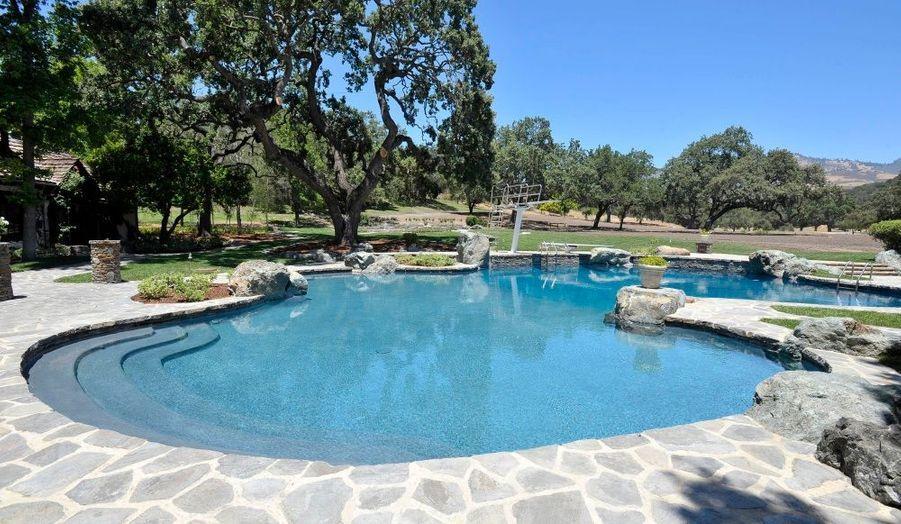 La piscine, située juste devant le ranch.